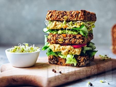 Сандвичи със салата от нахут, каперси и целина - снимка на рецептата